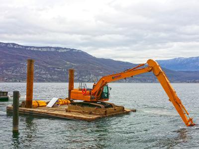 Curage avec une pelle 23T au lac du Bourget