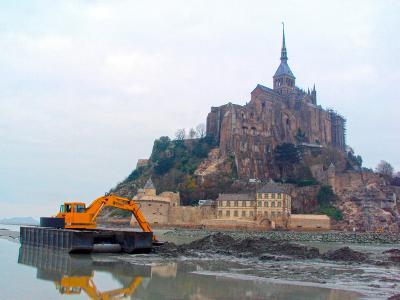 Curage avec une pelle amphibie au Mont Saint Michel