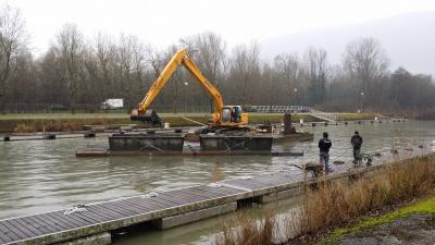 Curage pelle hydraulique sur ponton au lac du Bourget